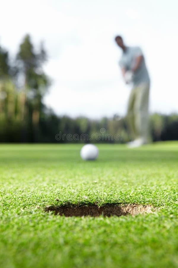 Jouer au golf photos libres de droits