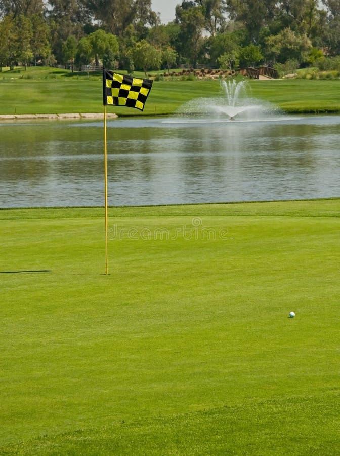 Jouer au golf photo libre de droits