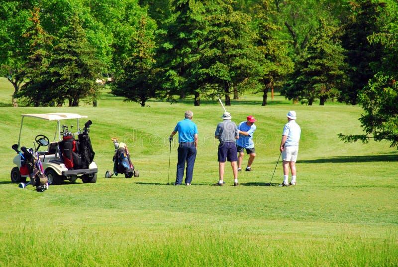 Jouer au golf d'aînés photo libre de droits