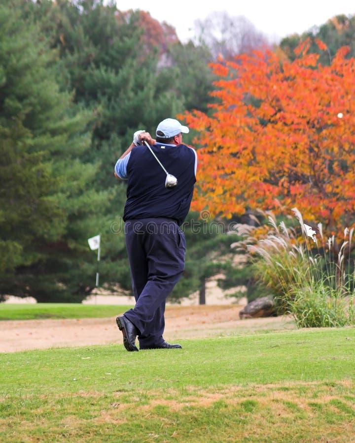 Jouer au golf d'automne image libre de droits