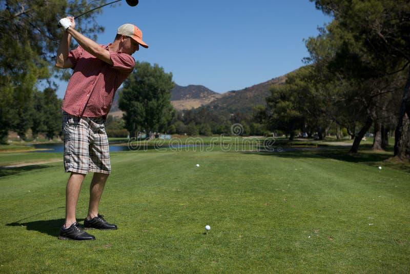 Jouer Au Golf D Homme Photo stock