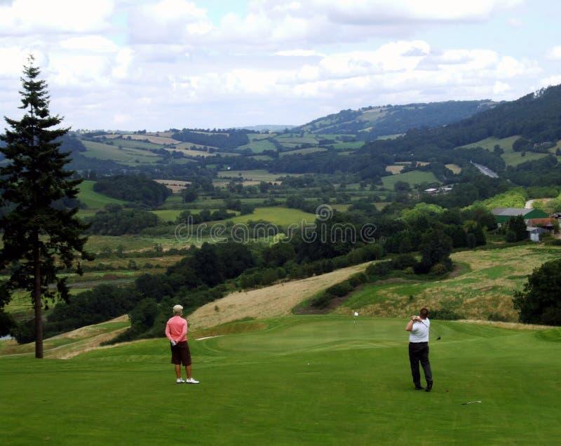 Jouer au golf de couples image libre de droits