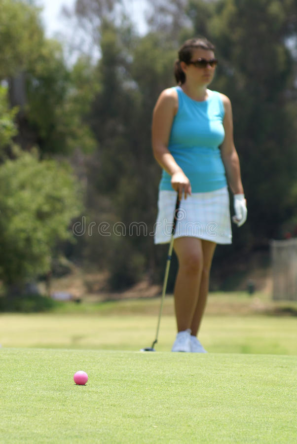 Jouer au golf de femme photographie stock