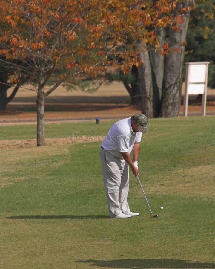 Jouer au golf en automne photographie stock
