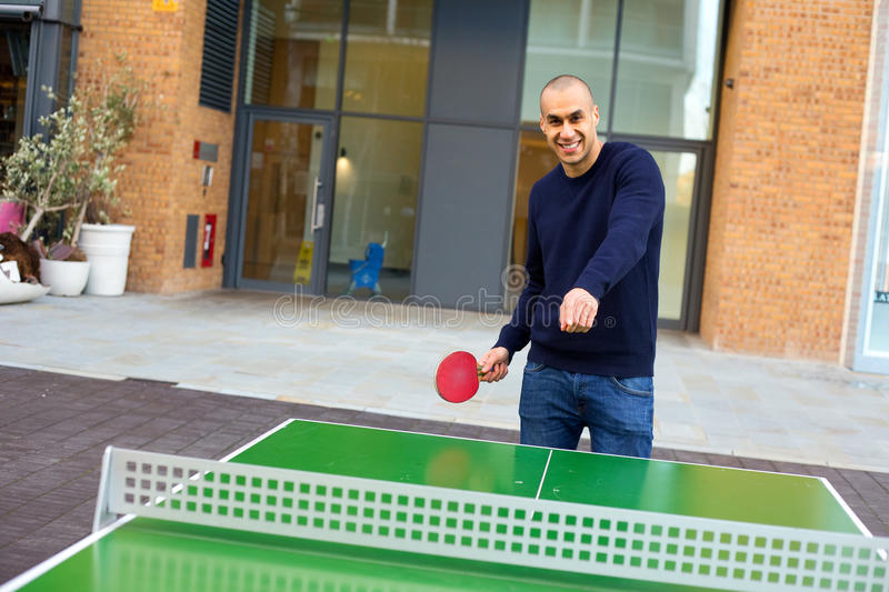 Jouer au ping-pong photographie stock