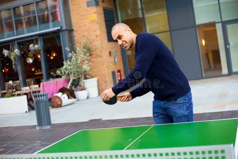 Jouer au ping-pong photos stock