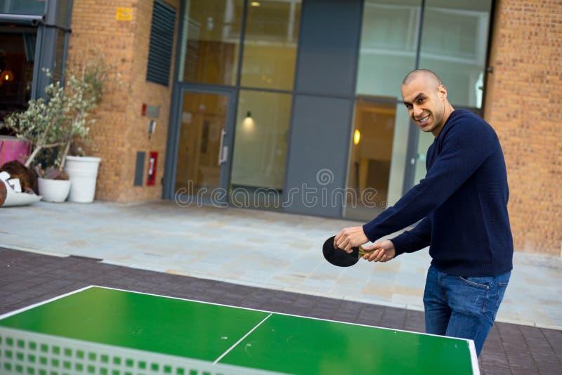 Jouer au ping-pong photo libre de droits
