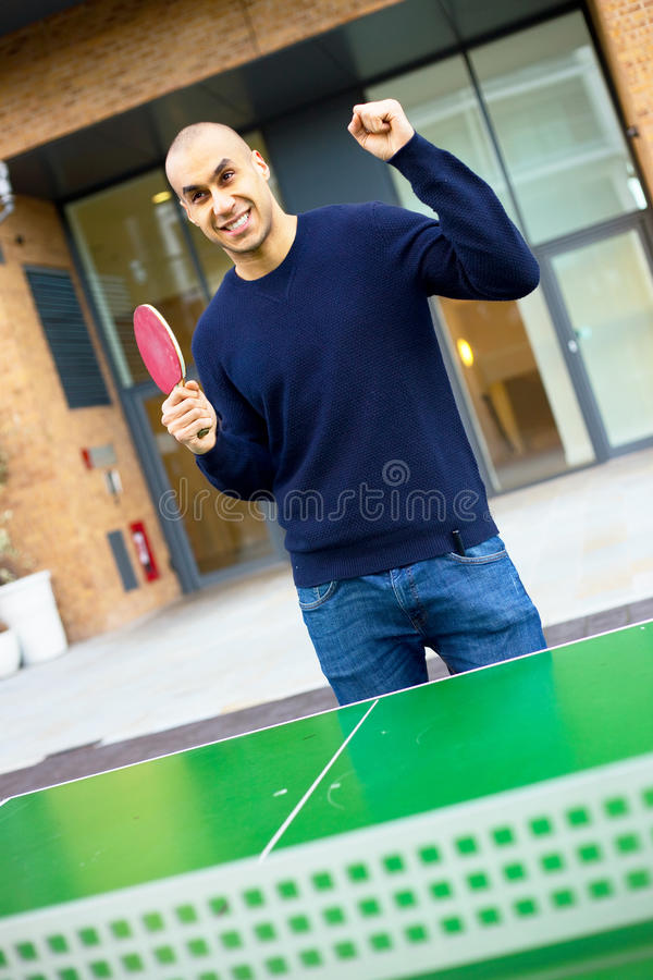 Jouer au ping-pong images stock