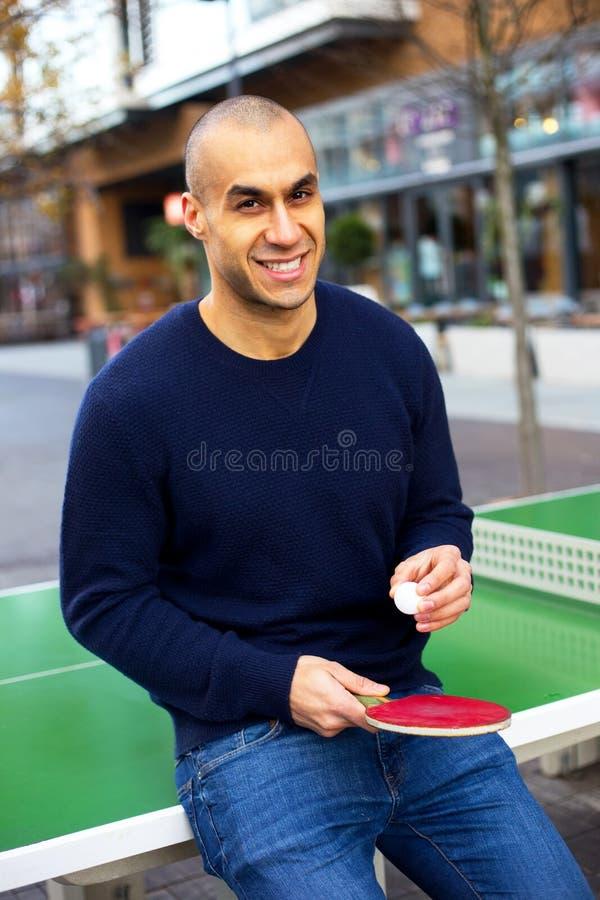 Jouer au ping-pong photographie stock libre de droits