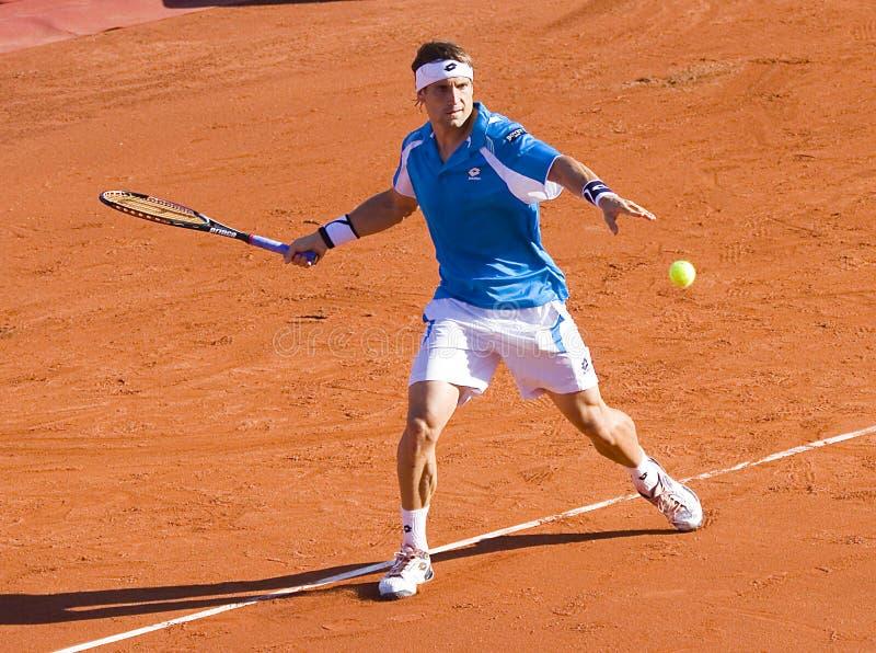 Jouer au tennis photo libre de droits