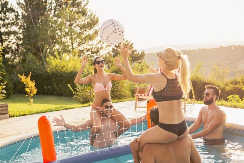 Jouer au volleyball dans une piscine photos libres de droits