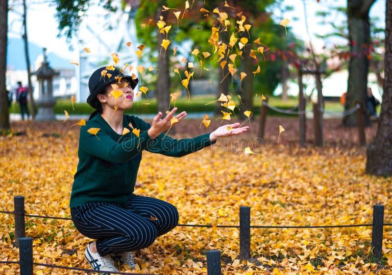 Jouer avec des feuilles de Biloba de Ginkgo photo libre de droits