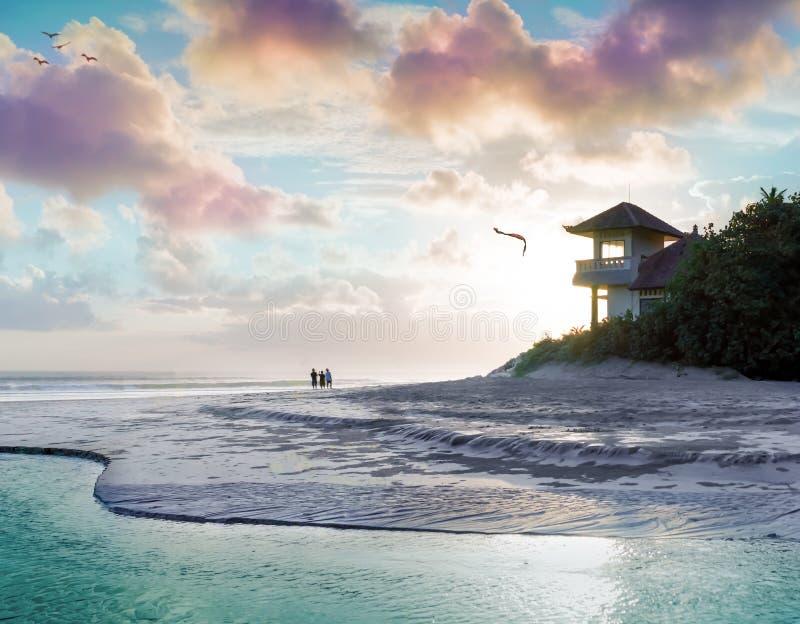 Jouer avec le cerf-volant sur la Chambre de plage photographie stock