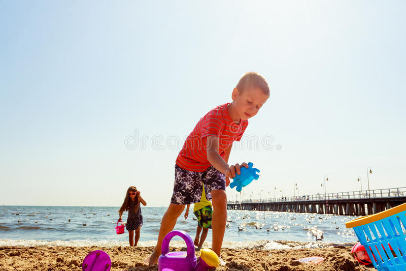Download Jouer D'enfants Extérieur Sur La Plage Image stock - Image du libre, actif: 77162887