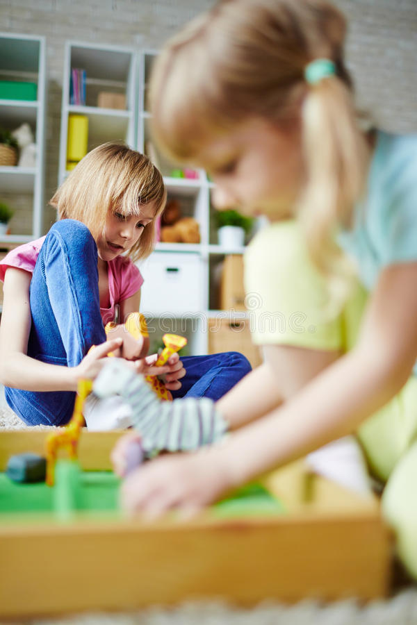 Jouer dans le jardin d'enfants photographie stock libre de droits