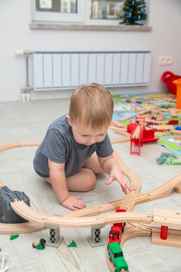 Jouer de bébé garçon du chemin de fer de jouet images libres de droits
