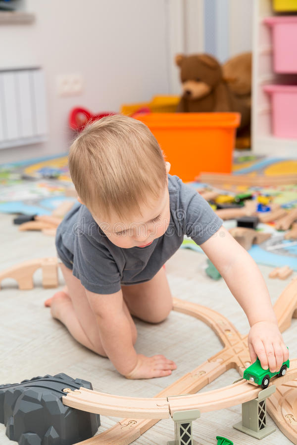 Jouer de bébé garçon du chemin de fer de jouet images stock