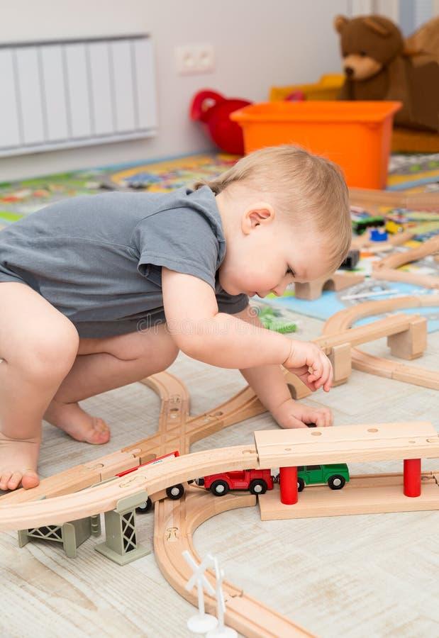 Jouer de bébé garçon du chemin de fer de jouet photos stock