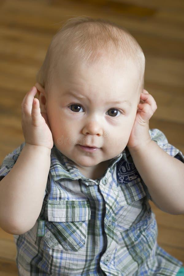 Jouer de garçon de bébé photos stock