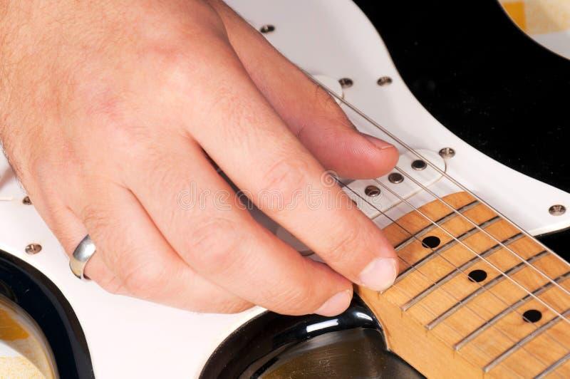 Jouer de guitare photo libre de droits