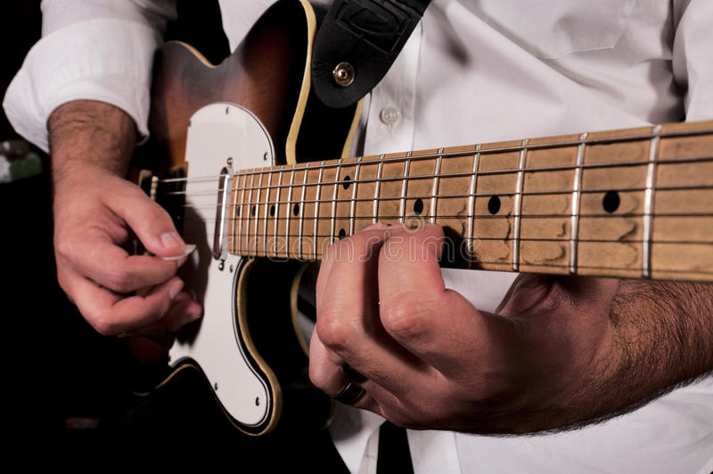 Jouer de guitare photos libres de droits