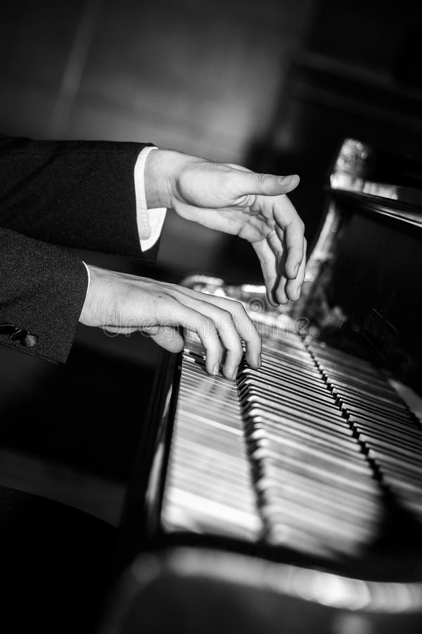 Jouer de mains de pianiste noir et blanc photo libre de droits