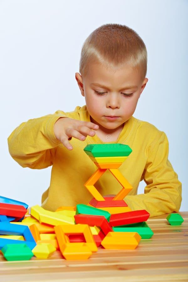 Jouer de petit garçon image libre de droits