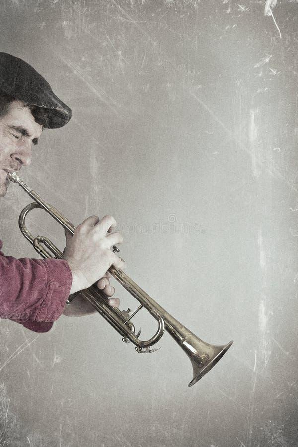 Jouer de trompette de vintage photo stock