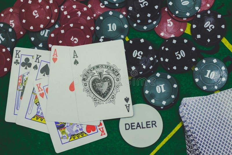 jouer des cartes, découpe et des jetons de poker de ci-dessus sur le tisonnier vert photo stock