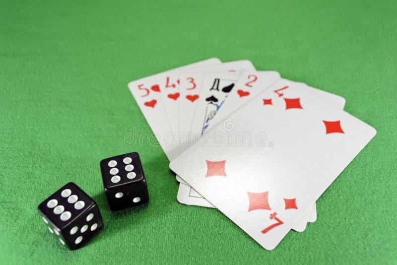 Jouer des cartes, matrices sur le tissu image stock