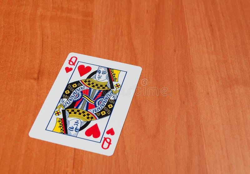 Jouer des cartes sur la table en bois, plan rapproché photographie stock