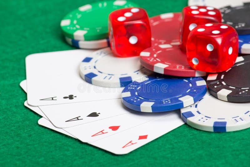 Jouer des jetons de poker, des matrices et des cartes sur la table verte photo libre de droits