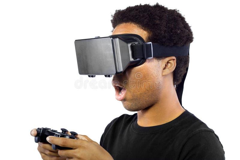 Jouer des jeux vidéo avec le casque de réalité virtuelle photo stock