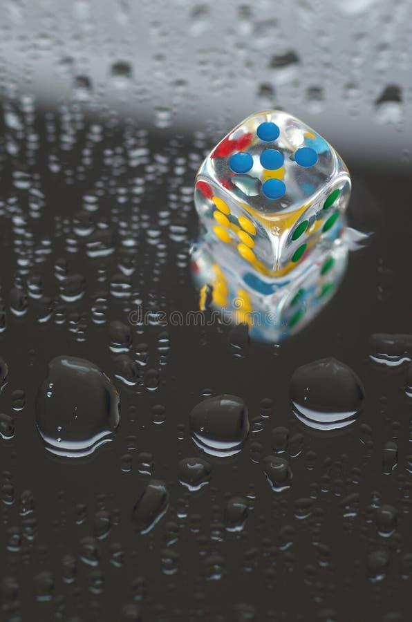 Download Jouer Des Matrices Dans La Résine Transparente Et Les Nombres Multicolores Photo stock - Image du milieux, points: 56489202