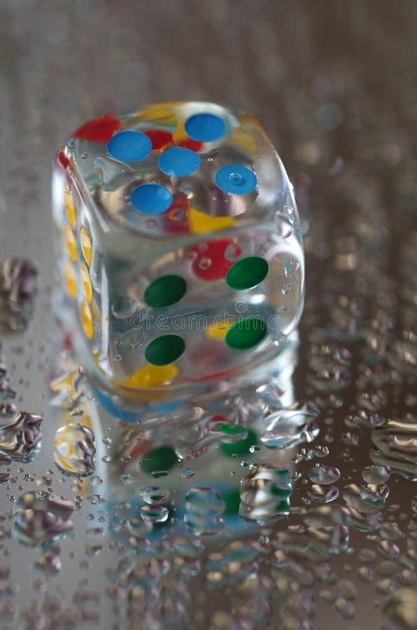 Download Jouer Des Matrices Dans La Résine Transparente Et Les Nombres Multicolores Photo stock - Image du milieux, points: 56490048