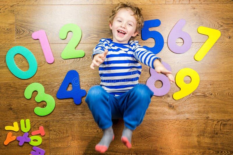 Jouer heureusement avec des nombres photos libres de droits