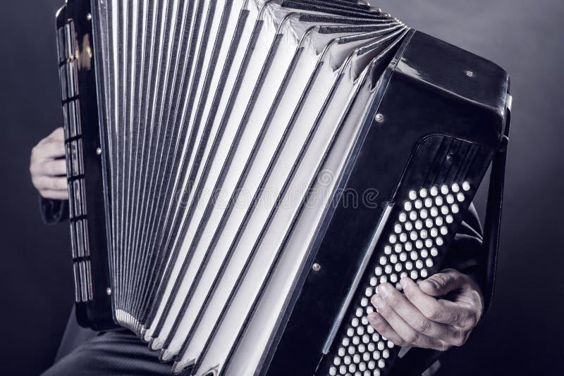 Jouer l'accordéon photos libres de droits