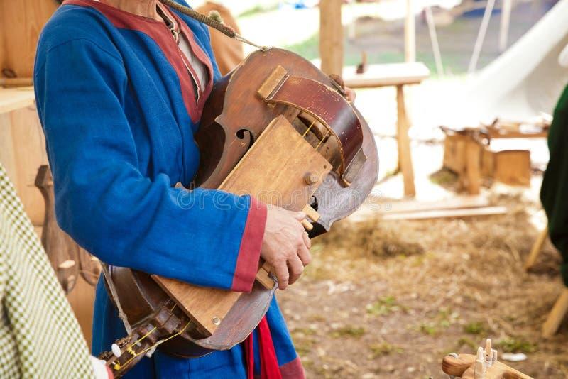 Jouer l'instrument ficelé antique images stock