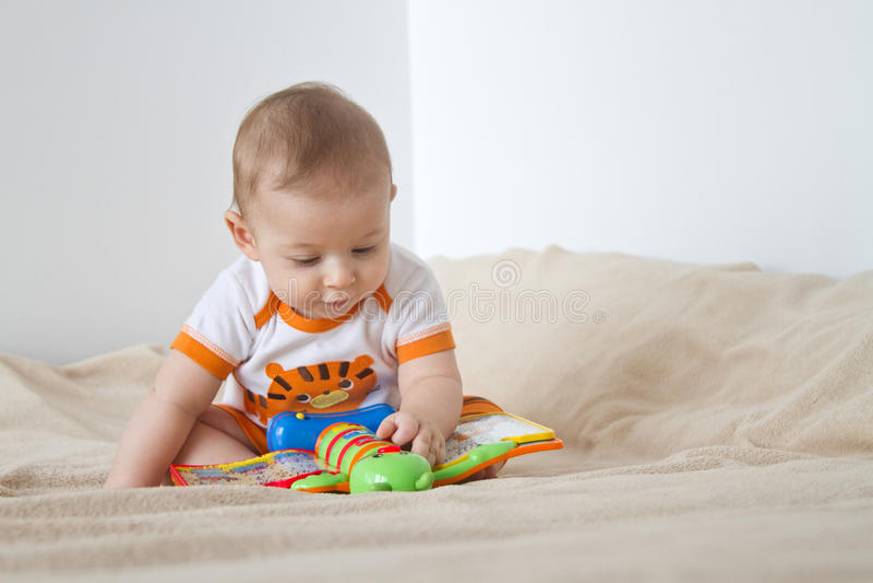 Jouer le bébé photo libre de droits
