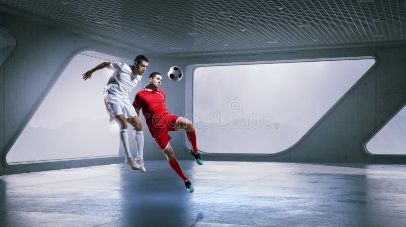Jouer le football dans le bureau media mélangé photo stock image