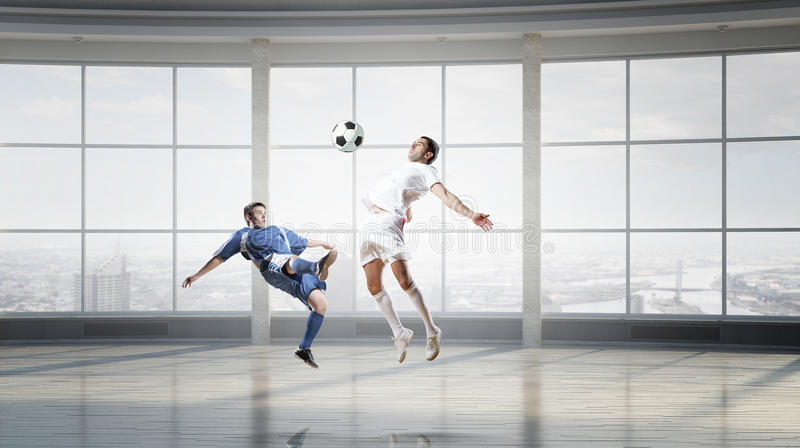 Jouer le football dans le bureau Media mélangé photo libre de droits