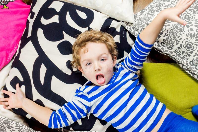 Jouer le garçon sur le fond texturisé multicolore image stock