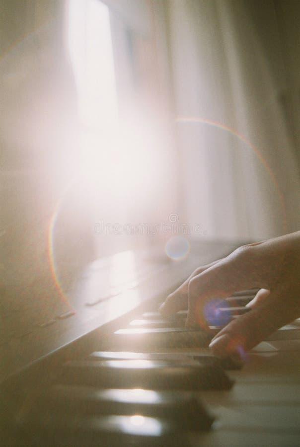 Jouer le piano image libre de droits