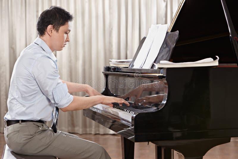 Jouer le piano images stock