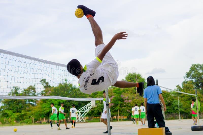 Jouer le takraw de sepak images libres de droits