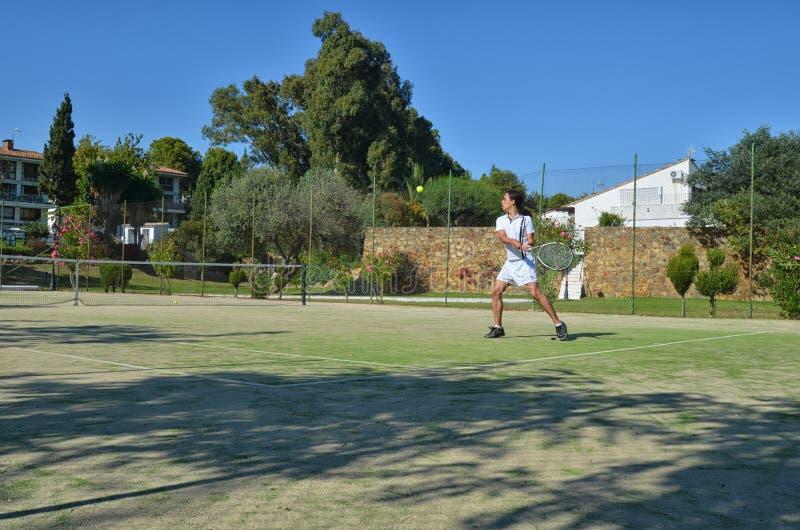 Jouer le tennis dans un beau jour photographie stock