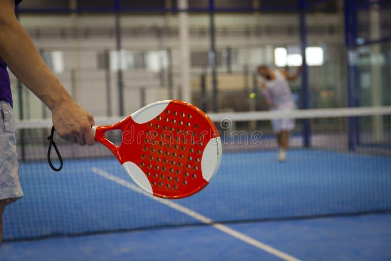 Jouer le tennis de Padel photo libre de droits