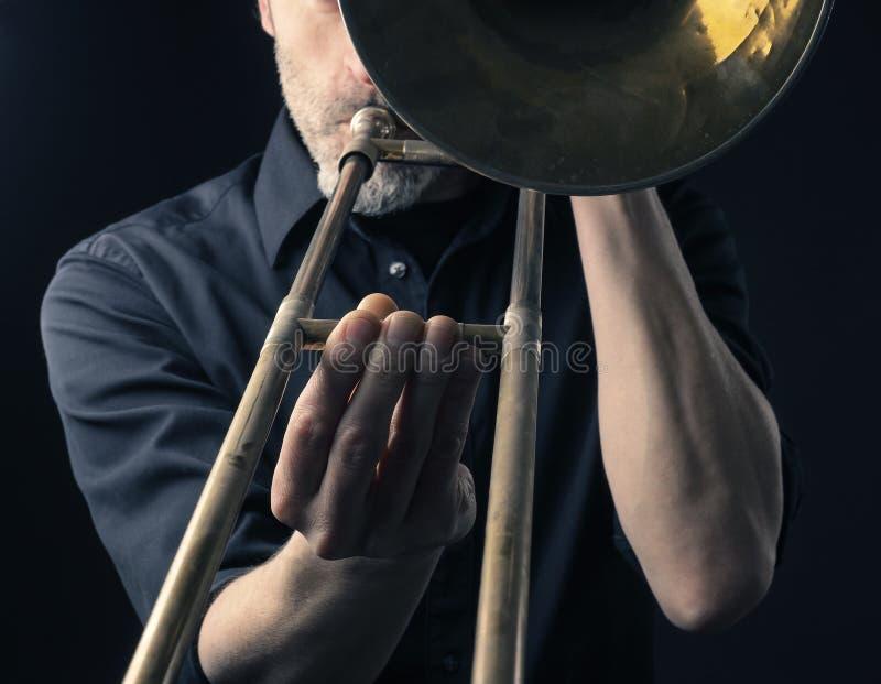 Jouer le trombone, se ferment vers le haut du tir photos libres de droits