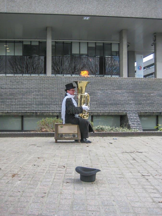 Jouer le tuba dans les rues de Londres photo libre de droits