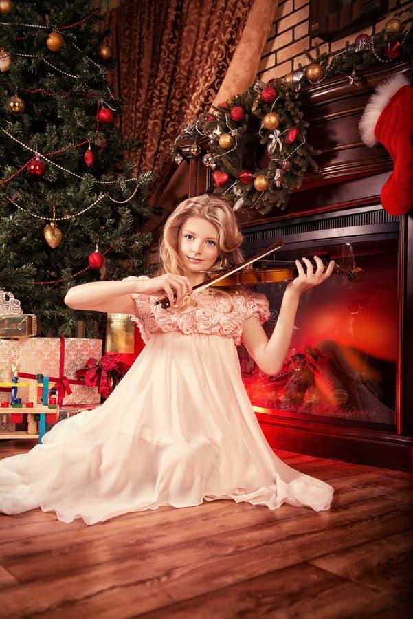 Jouer le violon photo libre de droits